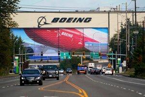 Autá prechádzajú okolo závodu Boeingu v americkom Everette v štáte Washington.