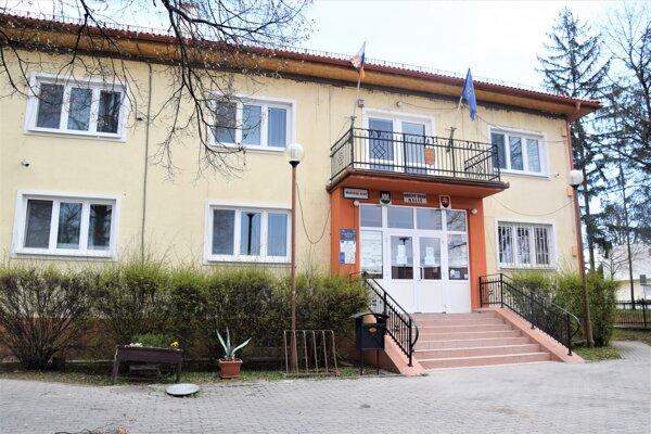 Obecná knižnica sa v Haliči nachádza v budove, kde sídli obecný úrad ale je tam aj sála na kultúrne podujatia.