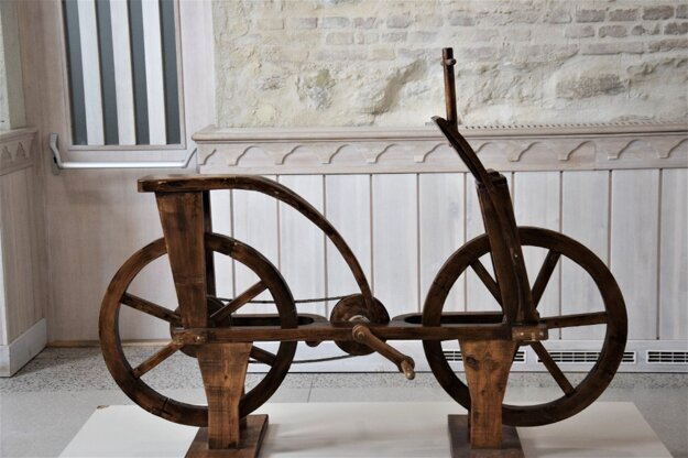 Najkontroverznejší exponát výstavy je replika bicykla, ktorý medzi vynálezy renesančného génia pravdepodobne nepatrí.