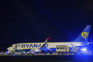 Príslušníci nemeckej polície prehľadávajú lietadlo spoločnosti Ryanair, ktoré neplánovane pristálo v Berlíne.