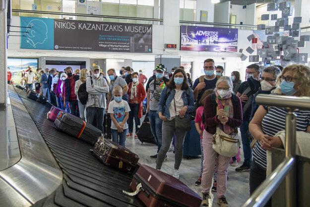 Cestujúci z Hannoveru čakajú 14. mája na batožinu po prílete na medzinárodné letisko v Heraklione na gréckom ostrove Kréta.