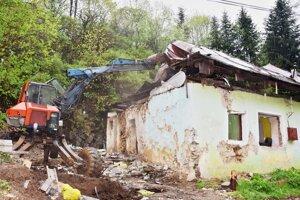 V Brezne zbúrali dom v dezolátnom stave.