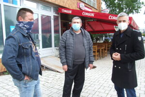 Nájomníci s poslancom Petrom Košťálom, vzadu je pohostinstvo.