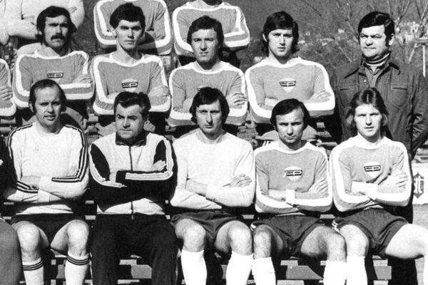 Na snímke časť mužstva Plastiky Nitra v roku 1979. Jozef Ivančík sedí dolu druhý sprava.