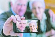 Seniori, ktorí používajú internet a smartfóny, mohli počas pandémie komunikovať s príbuznými ľahšie.