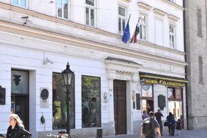 Maďarský konzulát sídli v prenajatých priestoroch na Hlavnej 67.