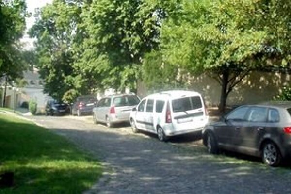 Autá parkovali vo všetkých uličkách na hradnom kopci - záber je zo Zámockej cesty.