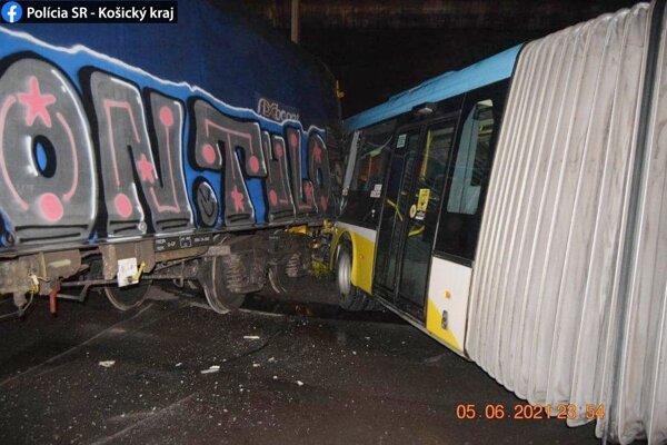 Autobus nedal prednosť vlaku.