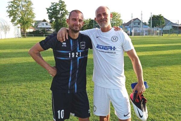 """Po zápase Lehnice - Malá Mača sa takto družne zvečnili kapitáni, """"desinky"""" - Zoltán Fekete (vľavo) a Martin Hindák, autor jediného gólu."""