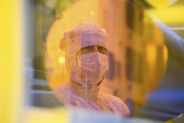 Pracovník závodu Bosch v Drážďanoch počas jeho predstavovania novinárom.