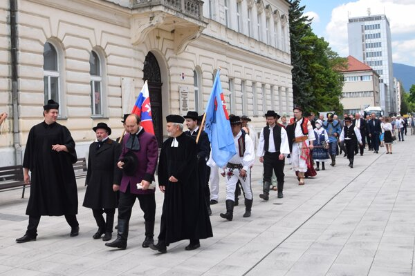 Sprievod v dobových kostýmoch od Memorandového námestia na Národný cintorín cez historické centrum Martina.