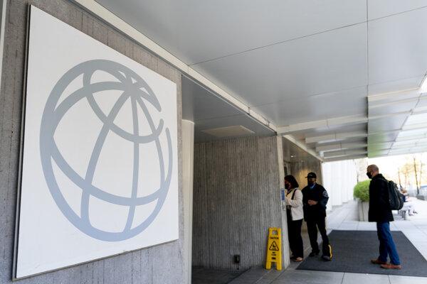 Logo Svetovej banky vo Washingtone pri vstupe do budovy.