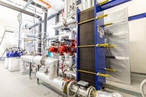 Technológe vnútri geotermálnej elektrárne.
