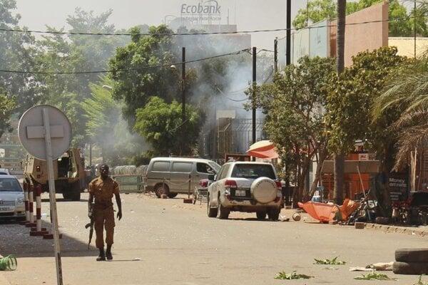 Vojak kráča po ulici v blízkosti sídla hlavného štábu ozbrojených síl Burkiny Faso po útoku ozbojencov. Ilustračné foto