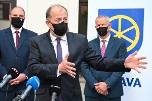 Primátor Trenčína a predseda Únie miest Slovenska Richard Rybníček počas tlačovej konferencie primátorov K8.