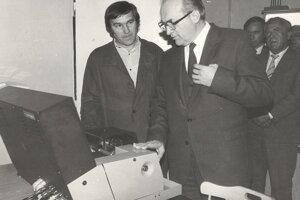 Školu navštívil aj niekdajší predseda vlády ČSSR Jozef Lenárt (vpravo). Vľavo stojí majster odborného výcviku Peter Kolár.