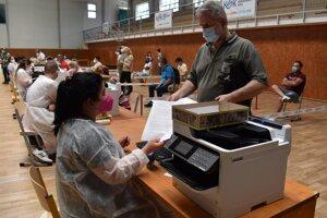 Vo veľkokapacitnom vakcinačnom centre v Michalovciach sa v sobotu očkovalo vakcínou Sputnik V.
