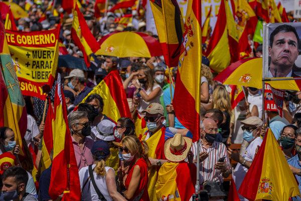 V Madride sa zišli tisícky demonštrantov, aby protestovali proti zámeru udeliť milosť katalánskym separatistom