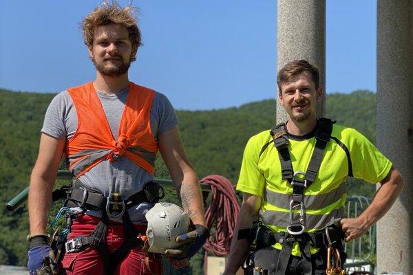 Horolezci avýškoví pracovníci Marek Humaj (vľavo) aMário Mutala.