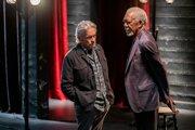 Michael Douglas a Morgan Freeman v tretej sezóne seriálu The Kominsky Method.