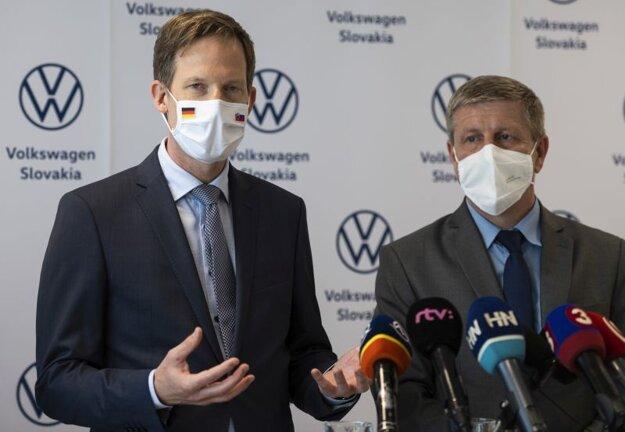 Člen predstavenstva pre personálnu oblasť spoločnosti Volkswagen Slovakia Sebastian Krapoth (vľavo) a minister zdravotníctva SR Vladimír Lengvarský (nominant OĽaNO) počas tlačovej konferencie k spusteniu očkovania proti ochoreniu Covid-19 v závodoch spoločnosti Volkswagen Slovakia.
