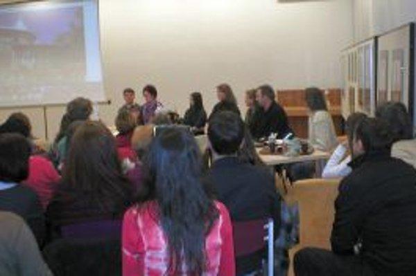 Účastníci prednášky si pozreli film z rodovej školy v Rusku.