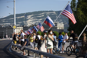 Americké a ruské vlajky vejú na moste Mont Blanc v Ženeve.