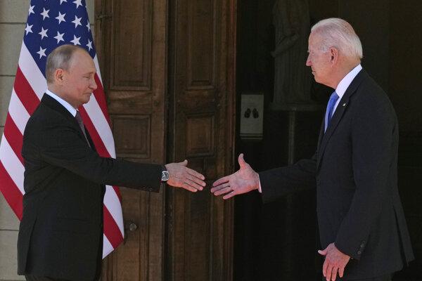 Ruský prezident Vladimir Putin (vľavo) a americký prezident Joe Biden (vpravo).