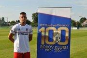 Róbert Szokol pri baneri, ktorý hlási, že futbal vKalnej oslavoval storočnicu svojho založenia.