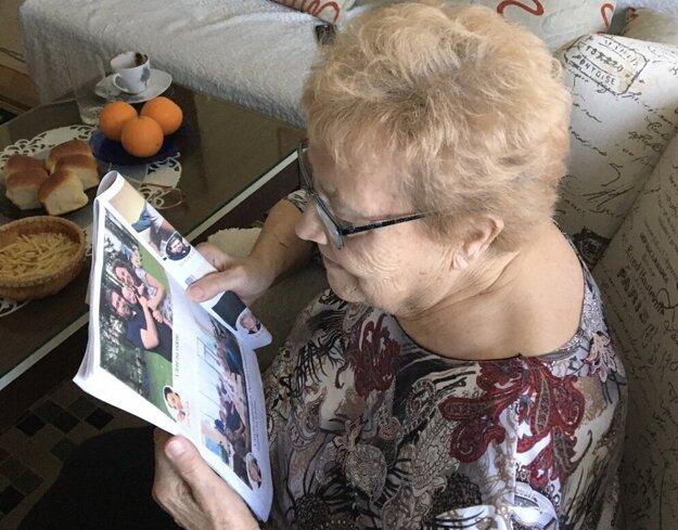 Babka si prezerá jedinečné rodinné noviny, aby mala prehľad, čo je nové v rodine.