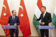 Turecký minister obchodu Mehmet Muš (vľavo) a maďarský minister zahraničných vecí a vonkajších ekonomických vzťahov Péter Szijjártó.
