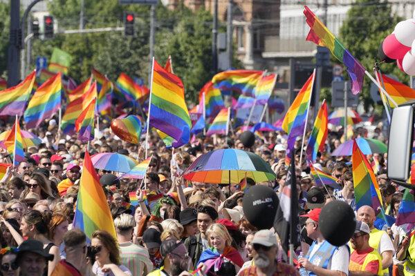 Do ulíc poľskej metropoly vyšli tisíce ľudí.