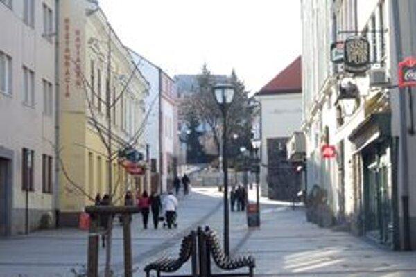 Vpravo budova, v ktorej sa nachádza The Irish Times Pub, vľavo Umelecká beseda (žltá budova).