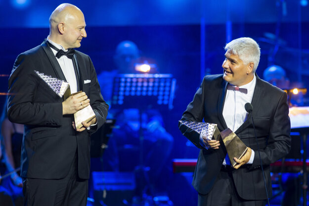Vedci Boris Klempa (vľavo) a Pavol Čekan po zisku ocenenia Krištáľové krídlo.