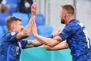 Juraj Kucka (vľavo) a Milan Škriniar počas zápasu Slovensko - Poľsko na EURO 2020.