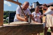 Pečenie chleba pod holým nebom znamenalo aj si cesto vymiesiť, aj ho dať do hlinenej pece. Záber je z vlaňajšieho pilotného ročníka festivalu.