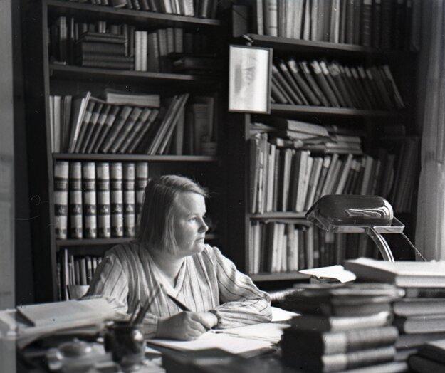 Alžbeta Göllnerová – Gwerková v pracovni.