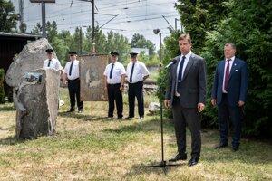 Minister dopravy Andrej Doležal v príhovore pri pamätníku železničiarov.