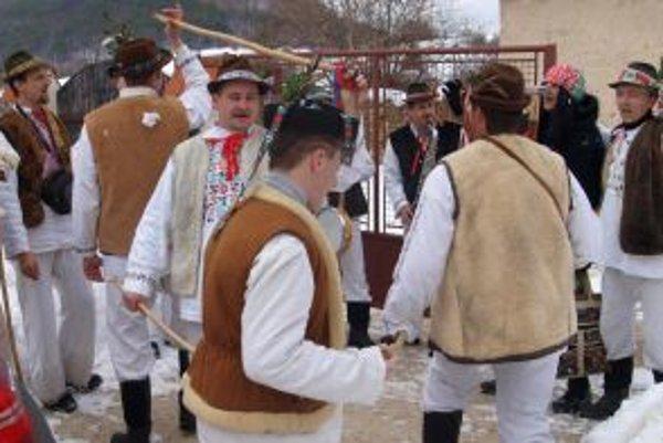 Fašiangovníci chodili po domoch - tancovali a spievali.