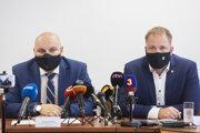 Riaditeľ odboru ekonomickej kriminality Ondrej Repa (vľavo) a prezident Finančnej správy SR Jiří Žežulka.