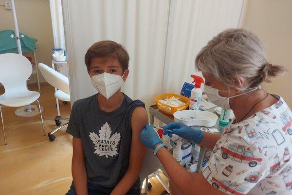 Deti od dvanásť rokov očkujú už aj v Košiciach.