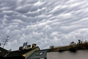 Oblaky druhu mammatus v Bratislave.
