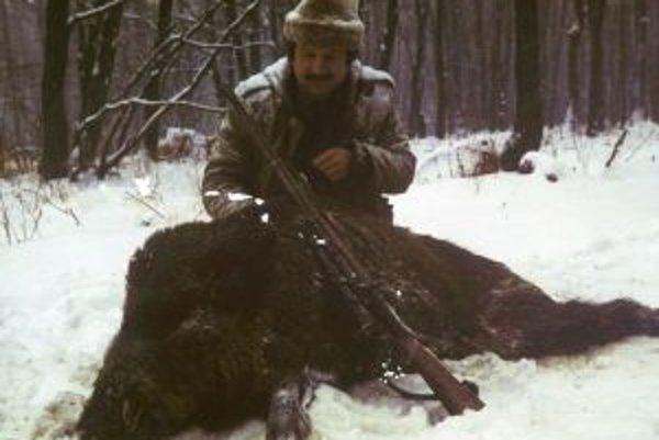 Nitriansky poľovník Jozef Hikl s uloveným diviakom.
