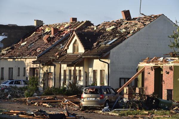 Búrkou poškodené rodinné domy v Moravskej Novej Vsi pri Hodoníne.