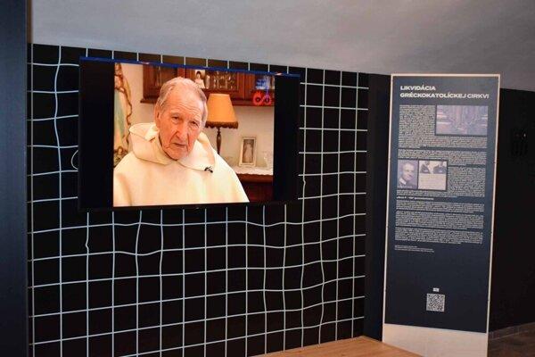 V multimediálnom múzeu sú obrazovky, na ktorých si môžu ľudia vypočuť svedectvá pamätníkov.