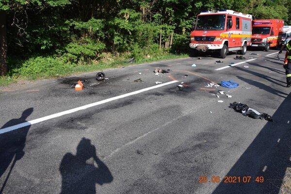 Ranná nehoda motocyklistu s osobným autom si vyžiadala vážne zranenia.