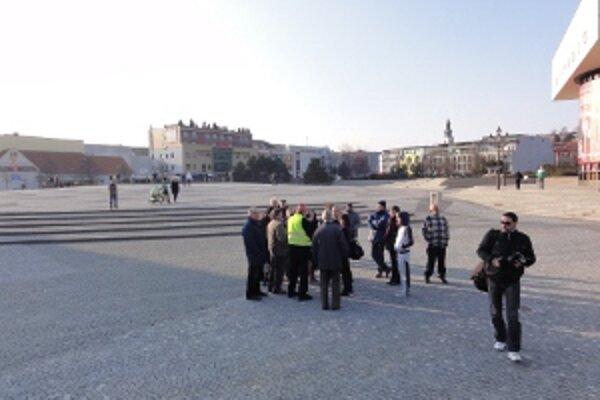 Takto vyzeralo námestie dvadsať minút po začiatku akcie. Hlúčik pod pódiom tvoria prevažne novinári a traja-štyria zvedavci. Ostatní ľudia sú roztrúsení obďaleč.