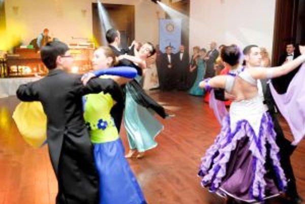 V zámockom prostredí s noblesou predviedli tanečné umenie tanečníci z Akadémie tanca.