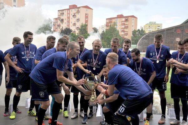 Dolný Kubín si po zápase prevzal víťazný pohár, ktorý si dal klub sám vyrobiť.