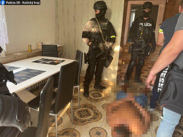 Počas domových prehliadok zaistila polícia množstvo vecí.